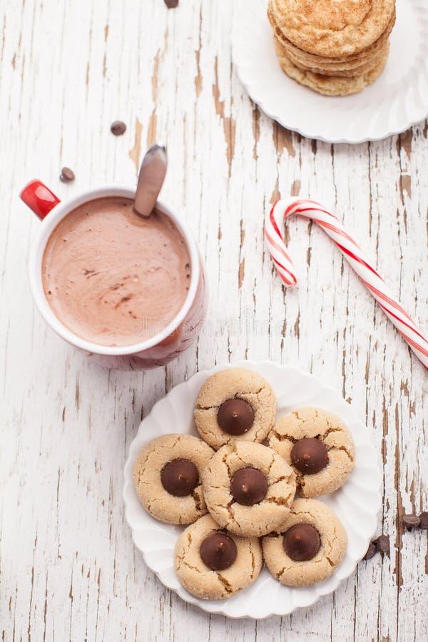 Plat des biscuits de fleur d'arachide de chocolat et du chocolat chaud photos stock
