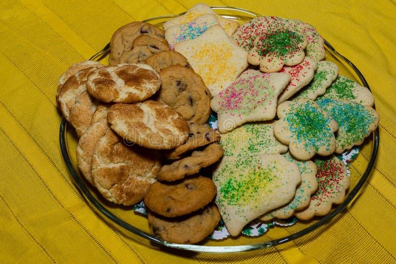 Plat des biscuits faits maison de vacances prêts pour la famille image libre de droits