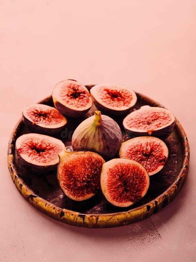 Plat des figues pourpres sur le fond en pierre images stock