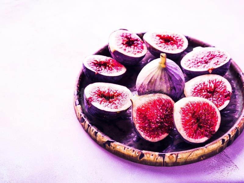 Plat des figues pourpres sur le fond en pierre image libre de droits