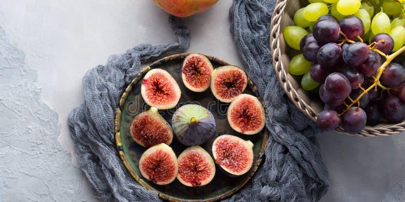 Plat des figues, des raisins et de la grenade pourpres image stock