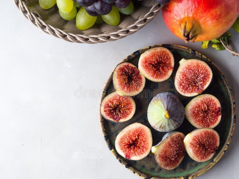 Plat des figues, des raisins et de la grenade pourpres photographie stock libre de droits