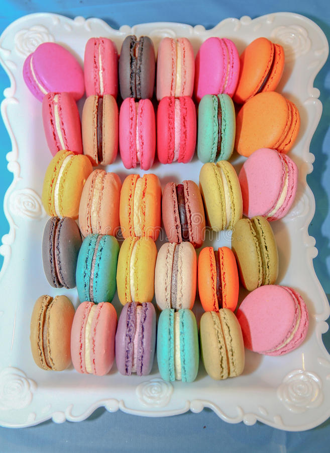 Plat des macarons photos stock