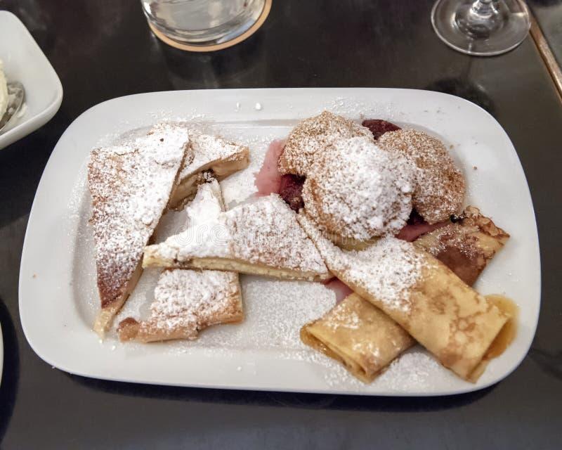 Plat des pâtisseries viennoises en tournée de nourriture, Vienne, Autriche photos stock