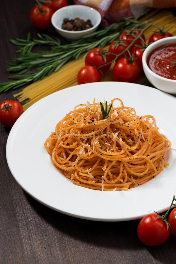 Plat des spaghetti avec la sauce tomate, vertical photo stock