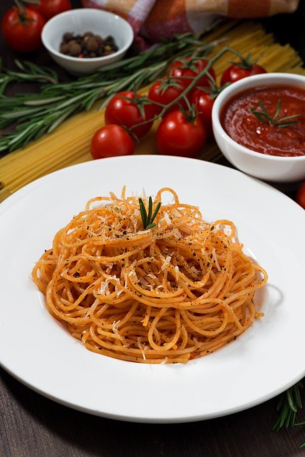 Plat des spaghetti avec la sauce tomate, verticale, plan rapproché photo libre de droits