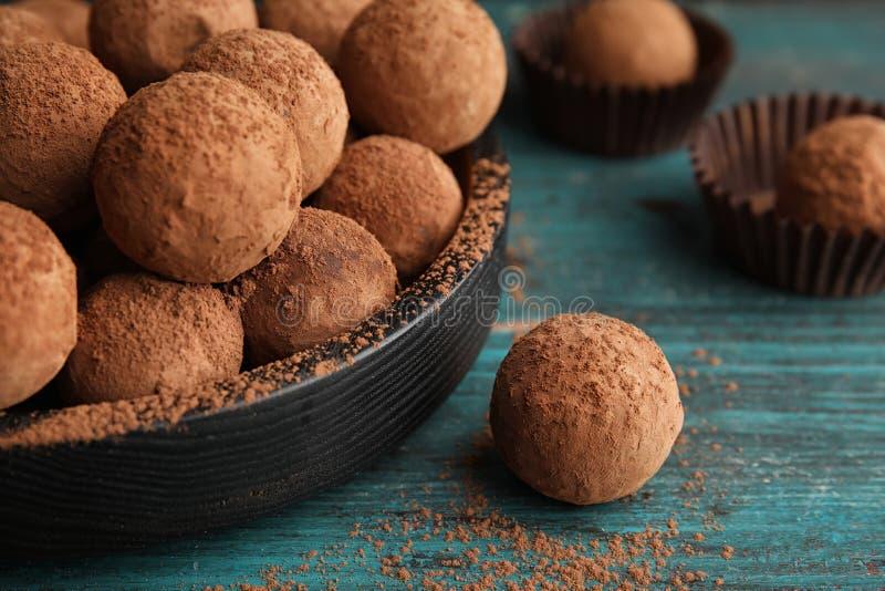 Plat des truffes de chocolat sur le fond en bois photo stock
