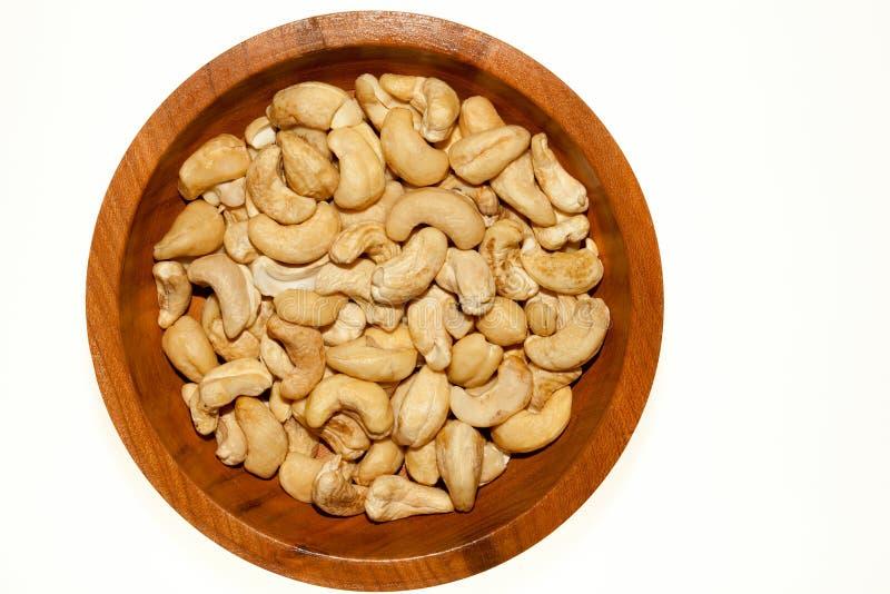 Plat en bois complètement des noix de cajou Roasted images libres de droits