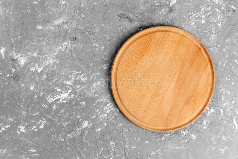 Plat en bois sur le fond texturisé gris Vue supérieure photographie stock libre de droits