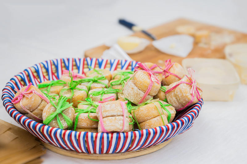 Plat en osier avec les couleurs du drapeau national avec de petites têtes organiques traditionnelles de fromage français, attaché photographie stock libre de droits