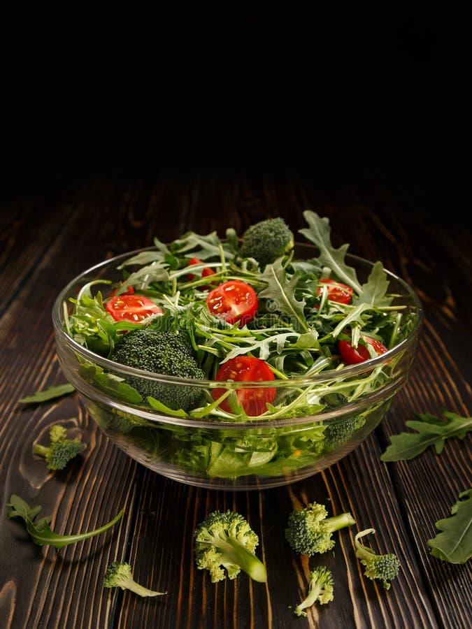 Plat en verre avec de la salade organique des légumes et des verts photo stock