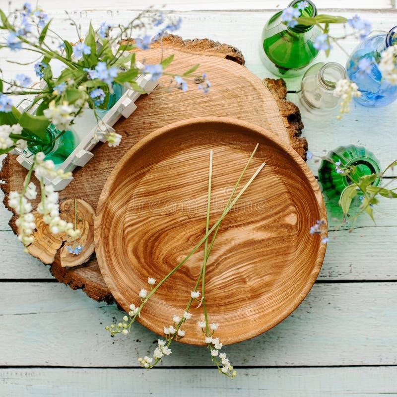 Plat et fleurs en bois photos libres de droits