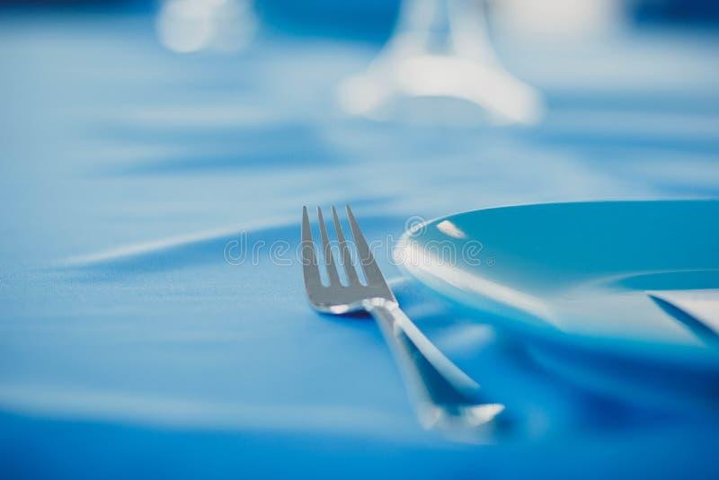 Plat et fourchette sur la nappe images stock