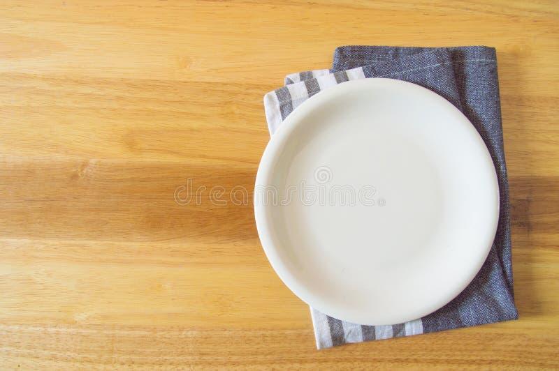 Plat et serviette vides au-dessus de fond en bois de table images libres de droits