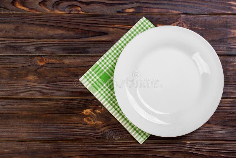Plat et serviette vides au-dessus de fond en bois de table Vue de ci-dessus avec l'espace de copie images libres de droits
