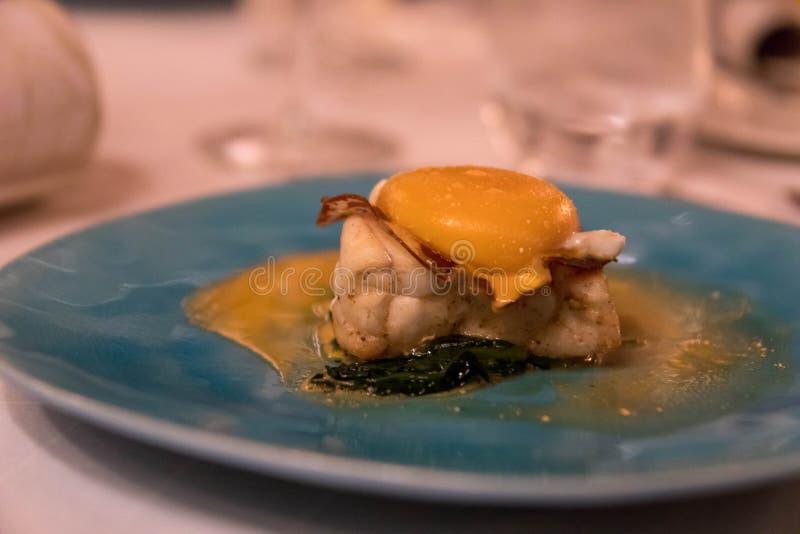 Plat fin de nourriture avec les poissons grillés complétés avec l'oeuf image libre de droits