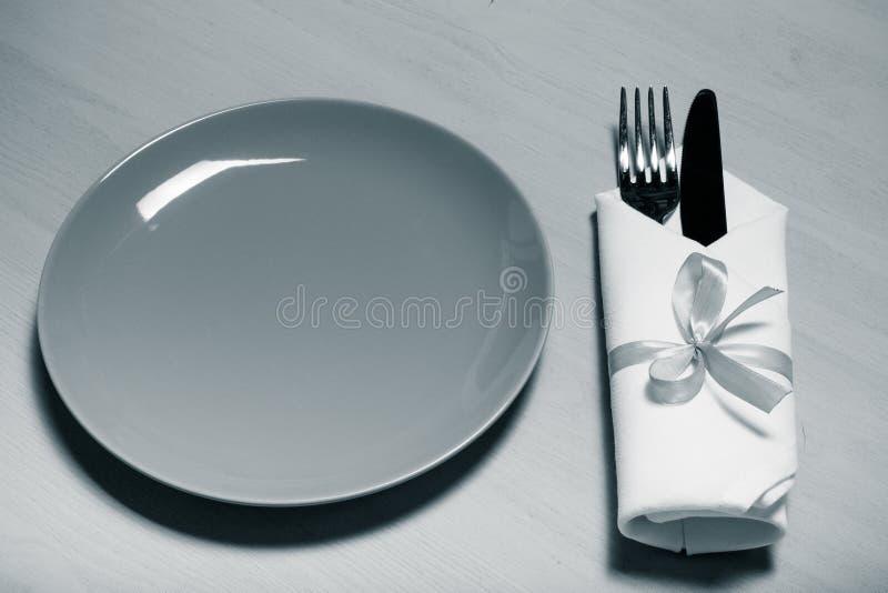 Download Plat, Fourchette Et Couteau Dans La Serviette Sur Le Fond En Bois Toned Photo stock - Image du cuisine, kitchenware: 77151668