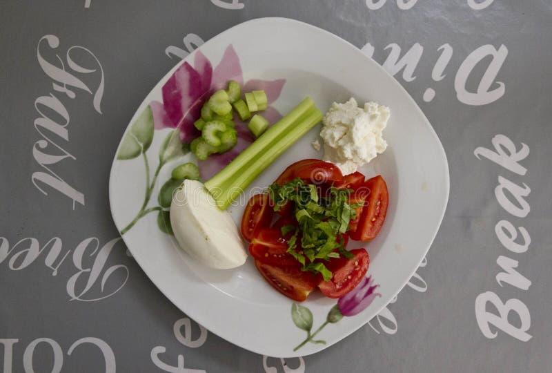 Plat frais avec de la salade des tomates, du mozzarella, du céleri et du basilic photographie stock libre de droits