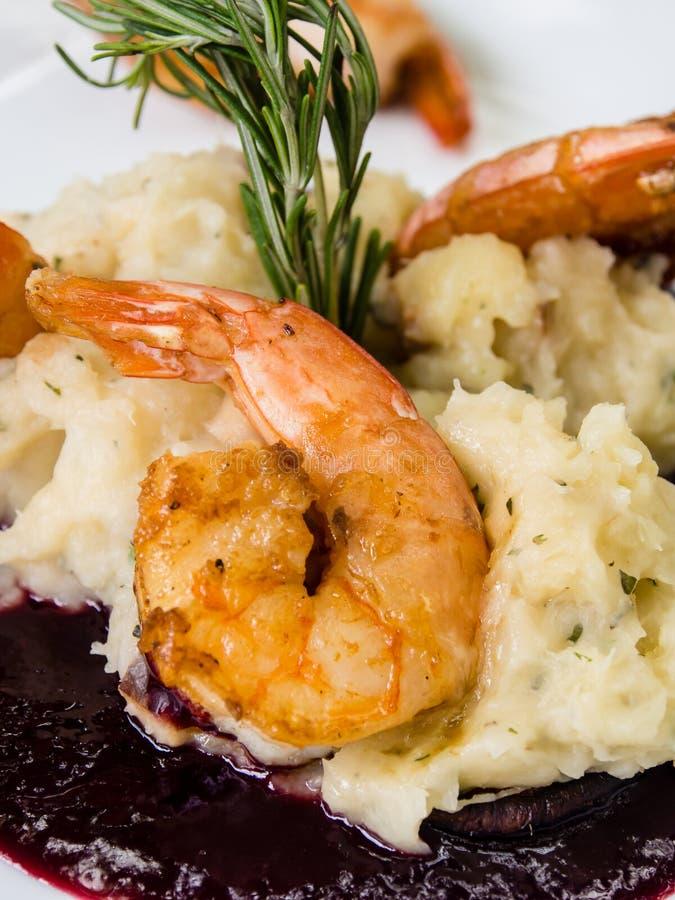 plat frais frit de crevette avec la pomme de terre et la coriandre cuites au four photo libre de droits