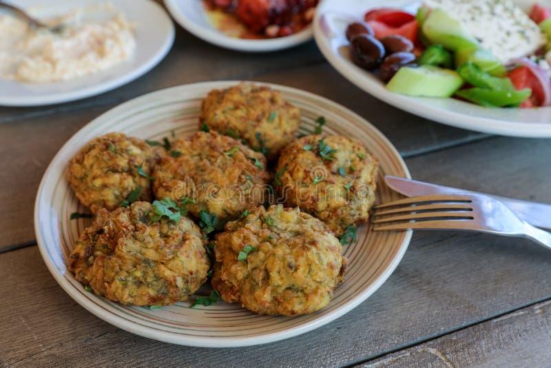 Plat frit de boules de courgette dans la taverne grecque photographie stock libre de droits
