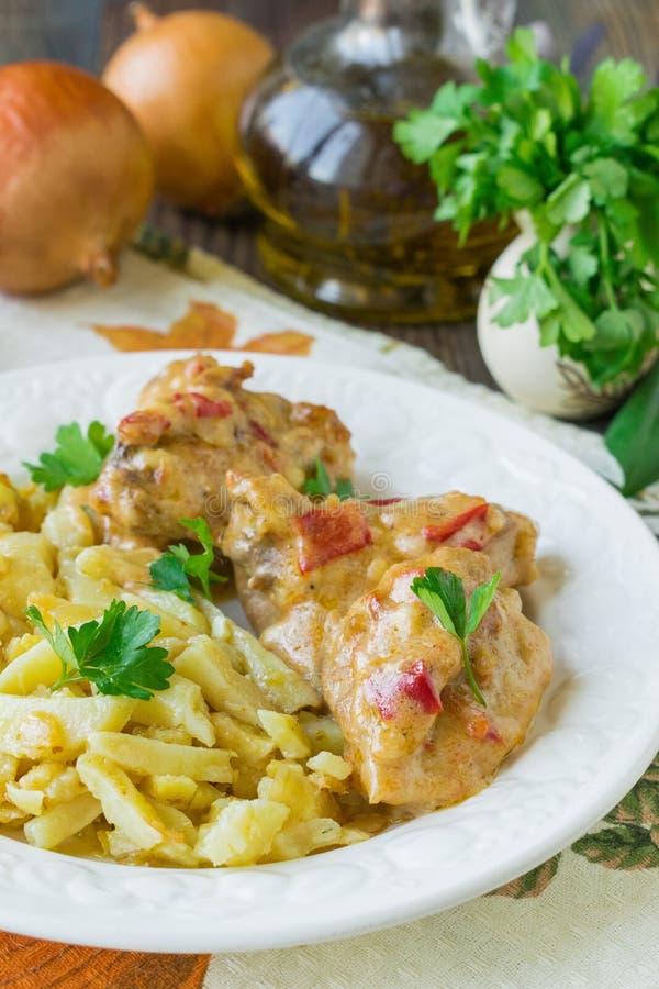 Plat géorgien national - Chakhokhbili de poulet Rago?t de poulet avec des l?gumes Foyer s?lectif image stock