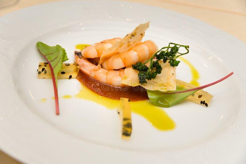 Plat gastronome de démarreur de crevette rose images stock