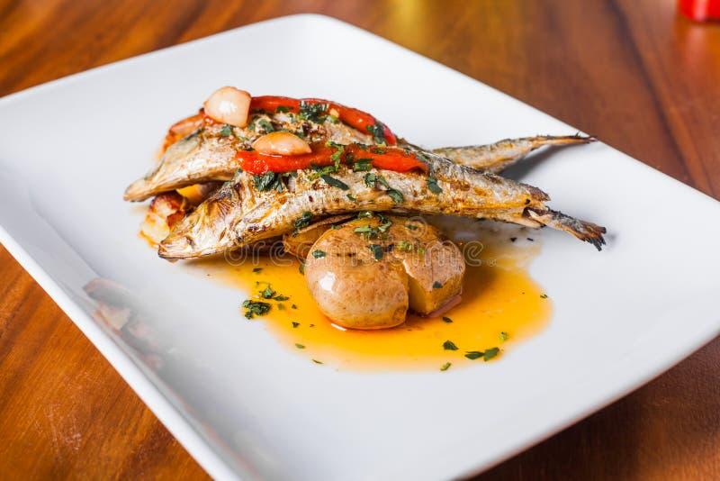 Plat grillé de sardines avec le poivron rouge et la pomme de terre image stock