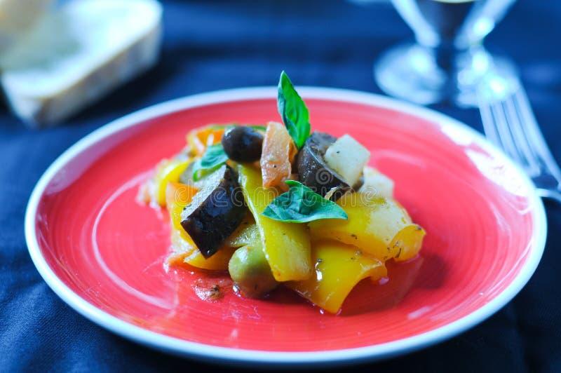 Plat italien typique de Caponata avec la pomme de terre image stock