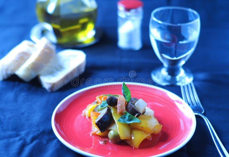 Plat italien typique de Caponata avec la pomme de terre photos stock