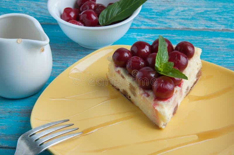Plat jaune avec un morceau de gâteau au fromage images libres de droits