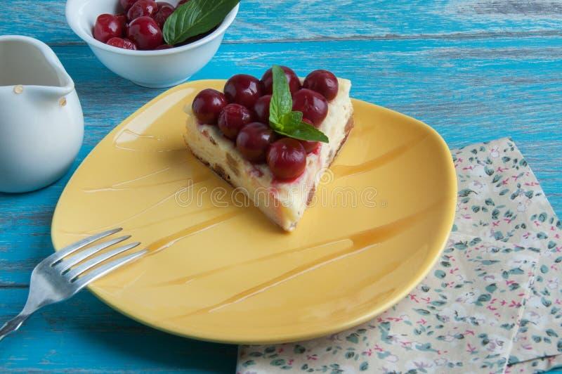 Plat jaune avec un morceau de gâteau au fromage photos libres de droits