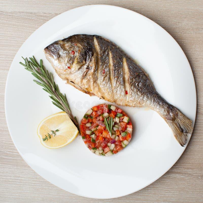 Plat méditerranéen gastronome de fruits de mer Gilthead grillé de poissons avec v photographie stock