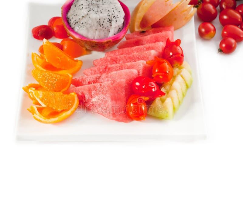 plat 3675669 mélangé des fruits coupés en tranches frais photos libres de droits
