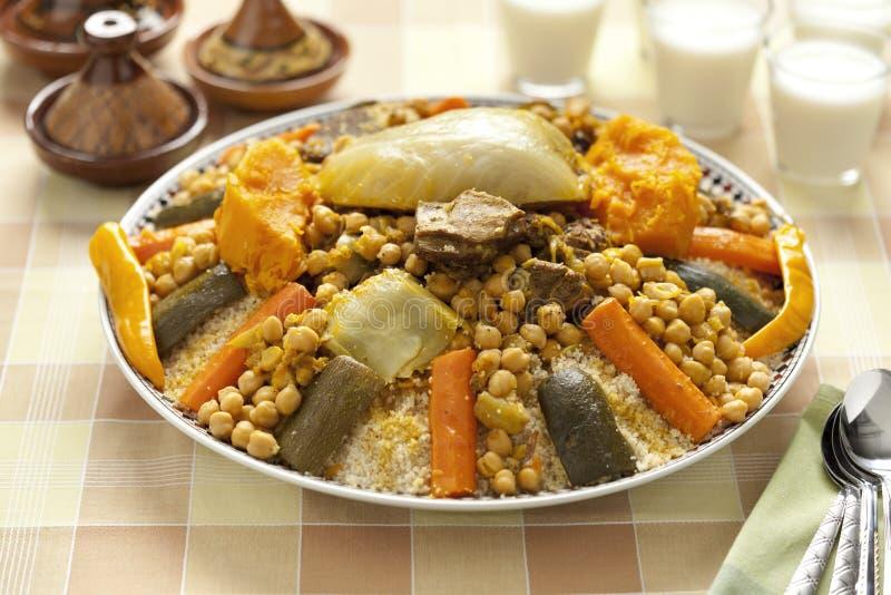 Plat marocain de couscous image stock