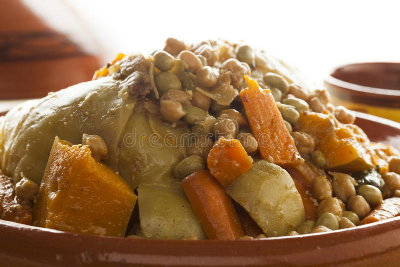Plat marocain traditionnel avec la fin de couscous  image libre de droits