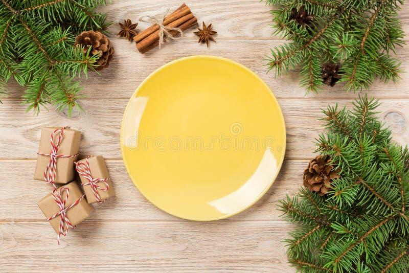 Plat mat jaune vide sur le fond en bois avec la décoration de Noël, plat rond Concept d'an neuf photos stock