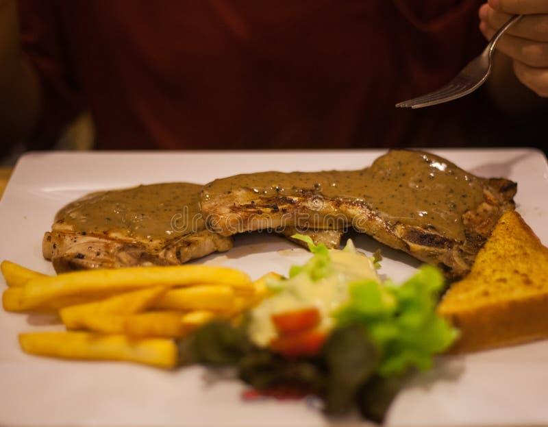 Plat moyen de bifteck de côtelette de porc images stock