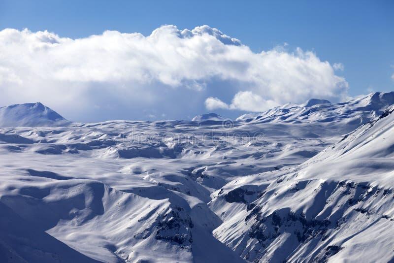 Platô nevado e céu azul com as nuvens na noite agradável imagens de stock royalty free