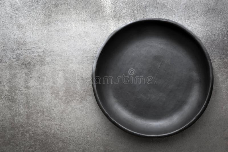 Plat noir rustique vide au-dessus d'ardoise image stock