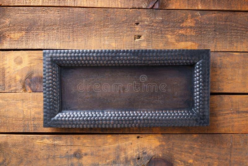 Plat noir rustique vide sur la surface en bois de Tableau de vintage Selectiv image stock