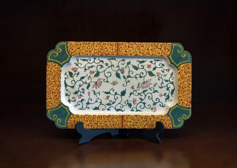 Plat oriental antique avec des fleurs de lotus, Hue, Vietnam photographie stock libre de droits