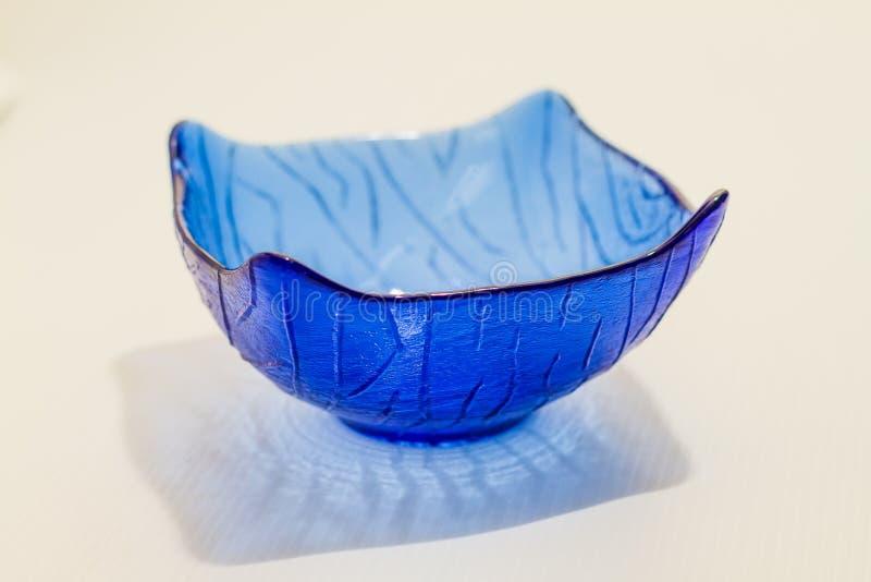 Plat ou cuvette en verre bleu translucide moderne photographie stock