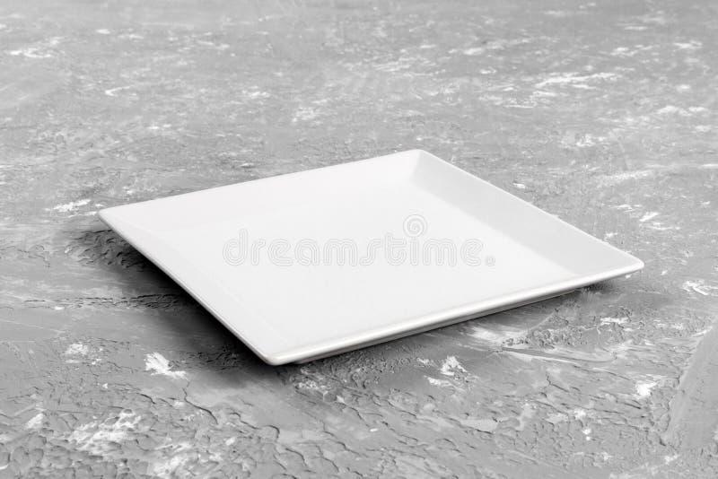 Plat rectangulaire vide sur le fond gris de table photos libres de droits