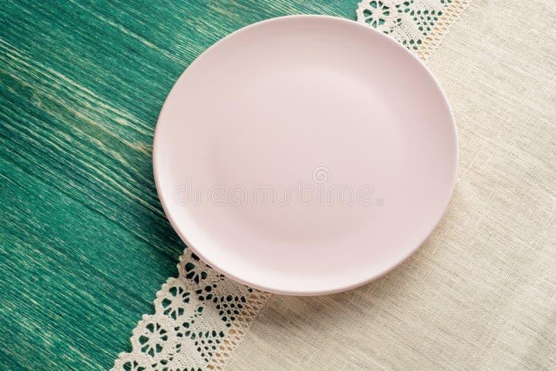 Plat rose vide sur la nappe sur la table en bois Vue supérieure photo libre de droits