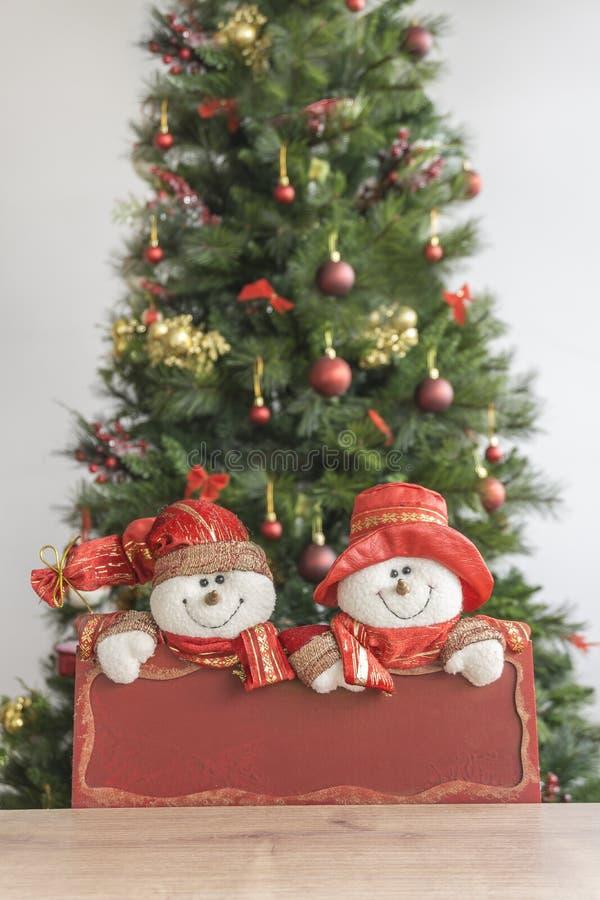 Plat rouge décoré et brouillé d'andt d'arbre de Noël avec le bonhomme de neige image libre de droits