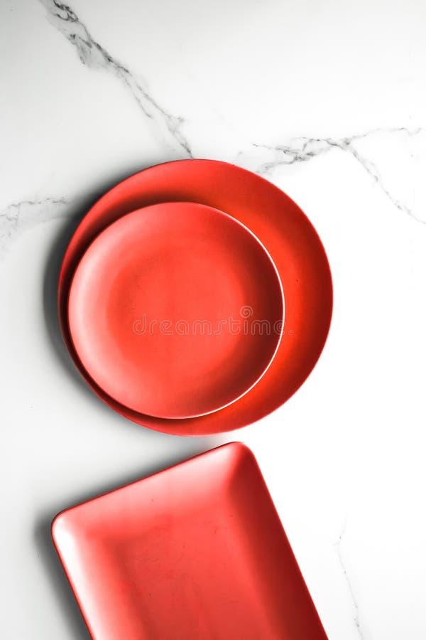 """plat rouge vide sur le marbre - milieux de recette, menu de restaurant, valentine \ """"jour de s, maquette et concept dénommé flatl image stock"""