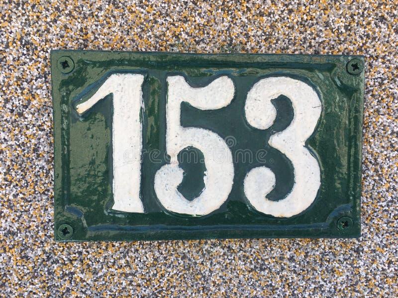 Plat rouillé en métal carré grunge de vintage du nombre d'adresse avec le nombre images libres de droits