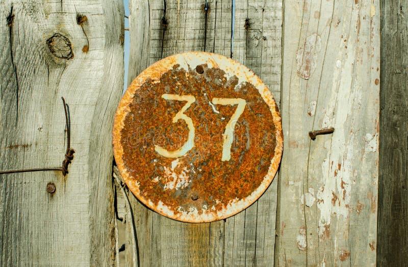 Plat rouillé en métal carré grunge de vintage du nombre d'adresse avec le plan rapproché du numéro 37 image libre de droits