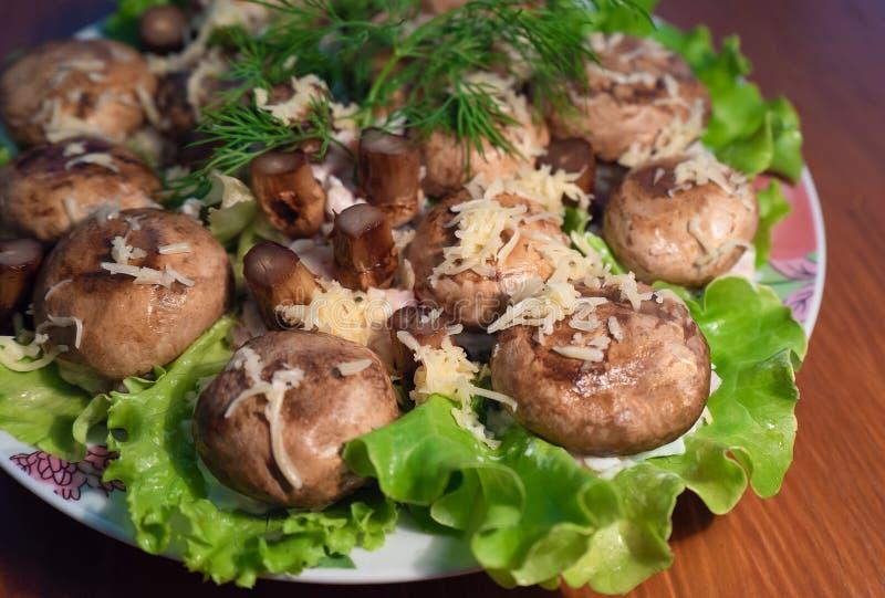 Plat rustique des champignons frits, des herbes et du fromage fondu Nourriture saine photos stock