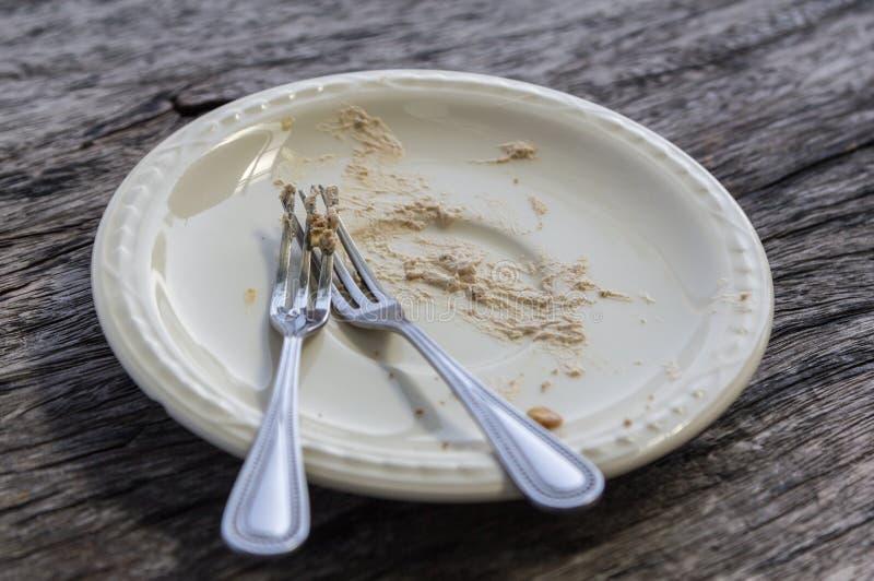 Plat sale vide de dessert après consommation du gâteau photos stock